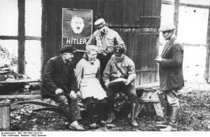 Sommer 1932 im Mecklenburgerland. Hitlers getreue S.A. lässt es sich nicht nehmen, zu den bevorstehenden Reichstagswahlen alle Kräfte für den Wahlfang einzuspannen und auch den kleinsten Bauernhof für den Stimmenfang reif zu machen.